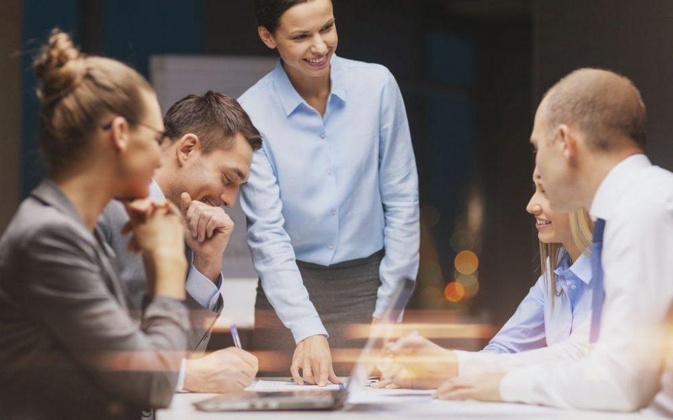 Pessoas conversando sobre a cultura organizacional