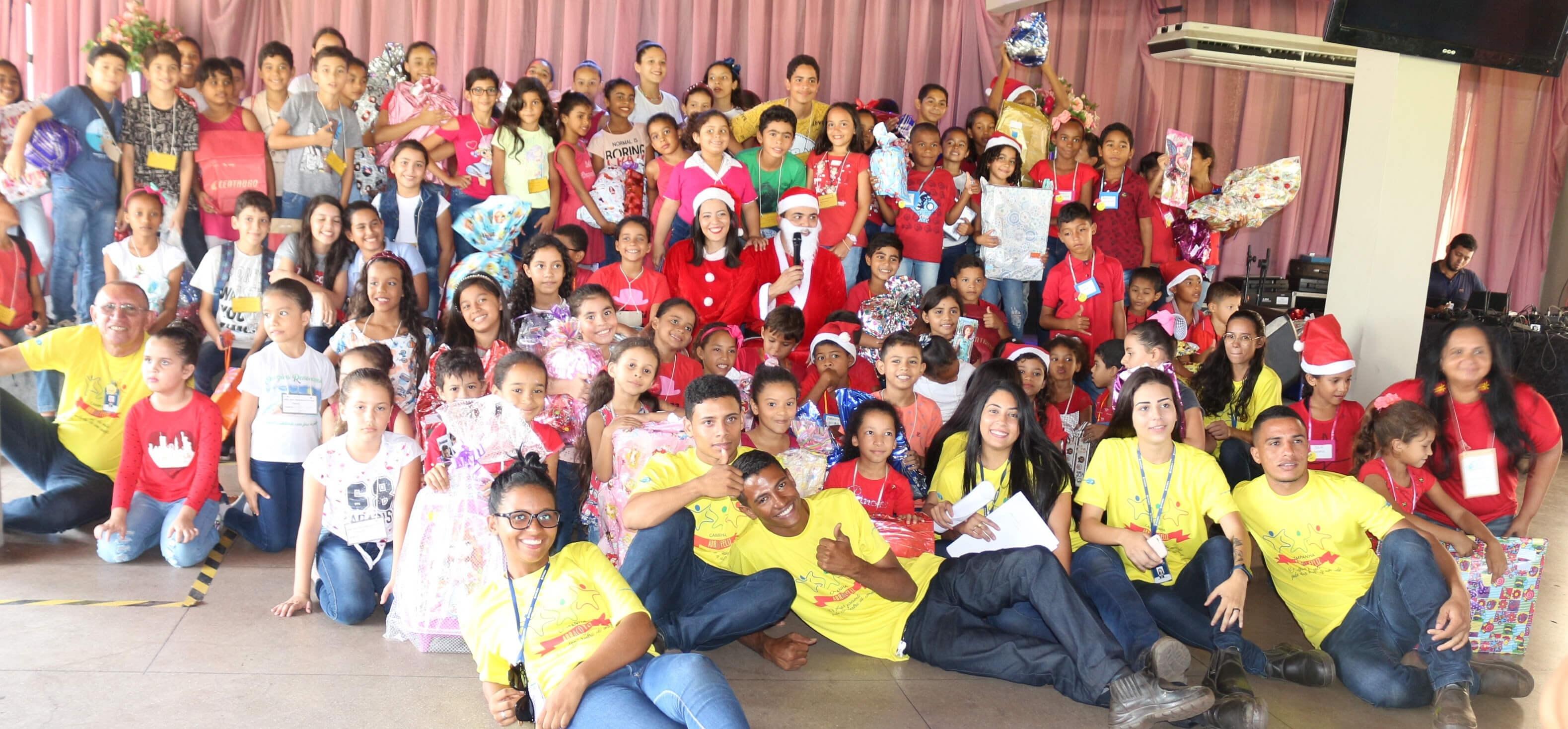 grupo de crianças reunidas